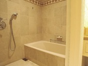 洗面台やトイレから独立した、洗い場つきのバスルーム