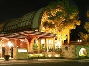 オープンテラスを備えた開放感溢れるバイキングレストラン。昼は60種類、夜は80種類のバラエティ豊かなメニューの数々を心ゆくまでお楽しみください。