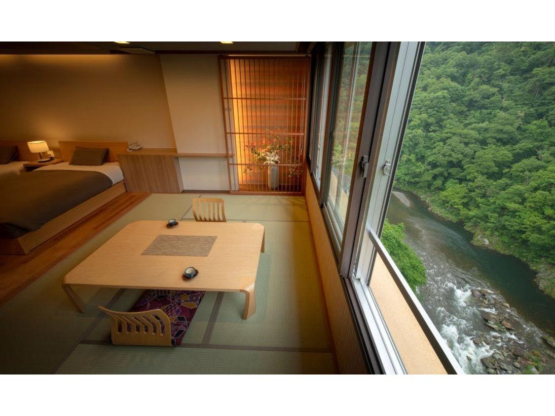 [和モダン]ツインベッドのお部屋。お部屋から渓谷の景色をお愉しみ頂けます。