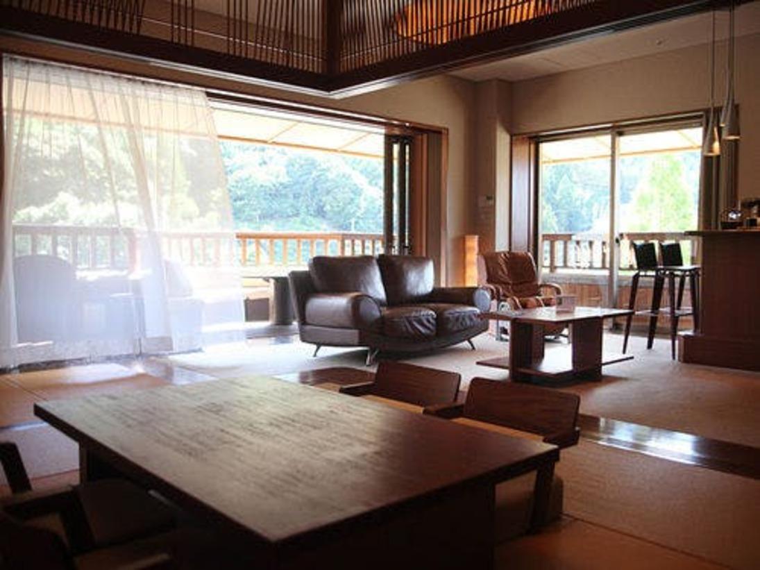 【Aタイプ客室】角部屋の二面採光で明るく人気のお部屋。ホームバーには各種ドリンクも取り揃えております