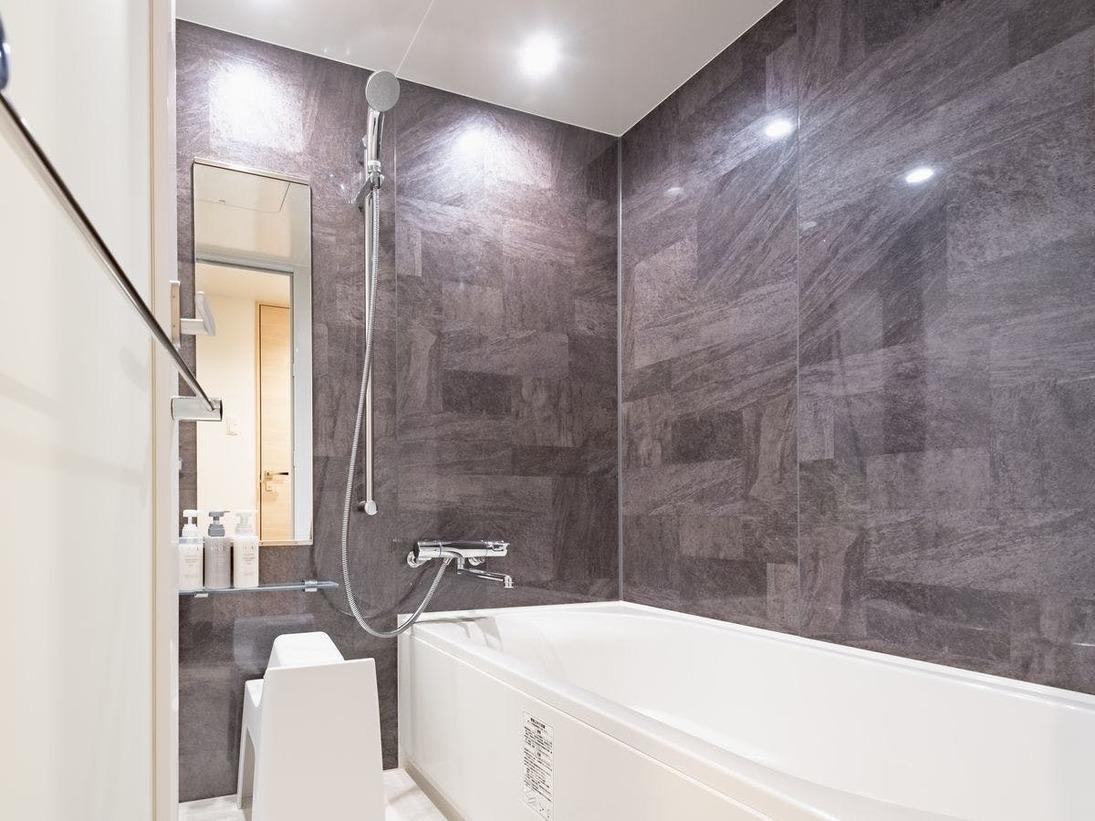ユニバーサルルームを除く全室が三点独立型の水廻り。大きなバスタブや広い洗い場が特徴的です。