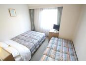 3名1室(セミダブルベッド+エキストラベッドお部屋は、15平米・ベッド幅120センチ1台(2名で利用)、簡易ベッド(ベッド幅90センチ、1名利用)。計3名様用のファミリー向けのコンパクトサイズ。禁煙のお部屋です。