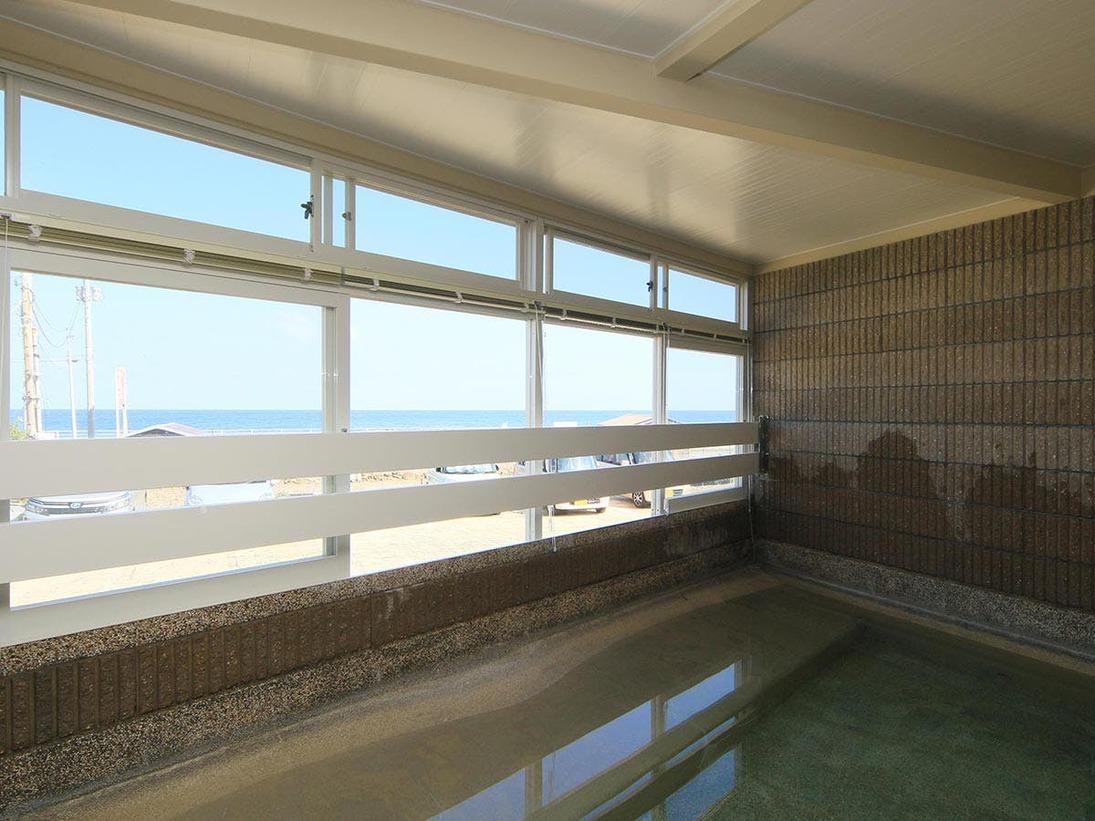 海が眺められる大浴場。男女1ヶ所ずつあり24時間入浴OK!!
