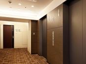 ■エレベーターホール:客室廊下もモダンなつくりで落ち着いた雰囲気となっています。