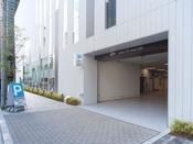 ■駐車場:ホテル南側の通り沿い、白い教会の側面に駐車場の入口がございます