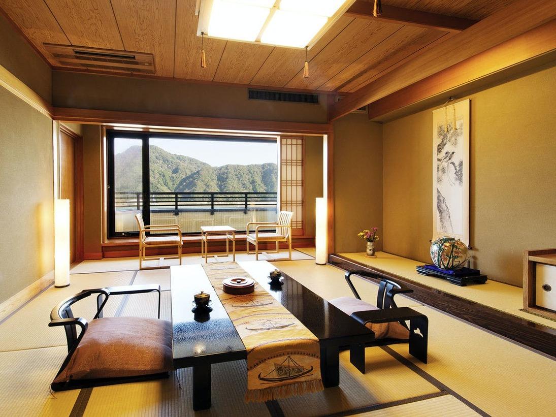 【露天風呂付特別室・和洋室】[和室] 和の設えと、窓から見える円山川の情景がこころを癒します