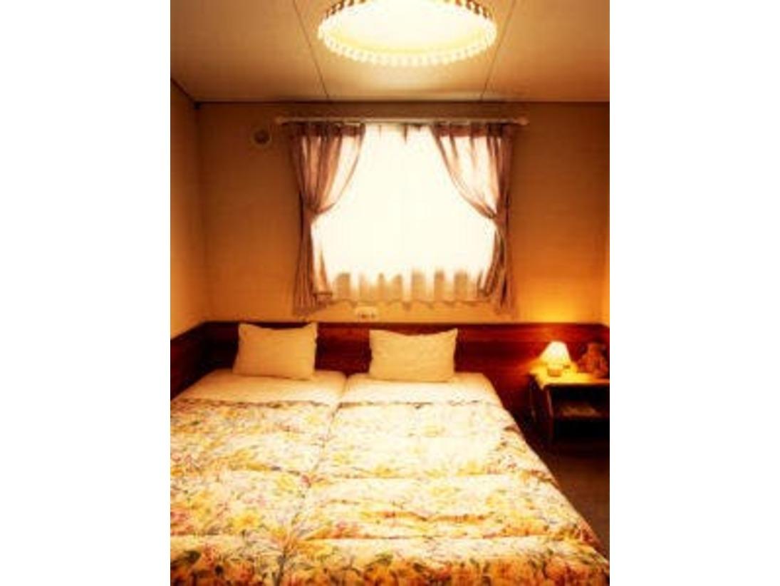 木のぬくもりのあるあたたかみのあるお部屋です。シンプルなスタイルで、ゆっくりとお過ごし頂けます。ベットは2つつなげて壁側に寄せてあり、小さいお子様の添い寝にも最適です。
