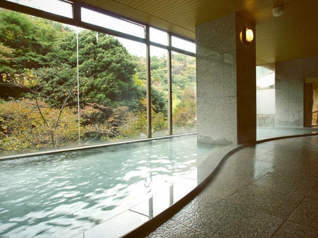 大きなガラス全面に映る落葉山の絶景。心まで洗われる大自然の中でのご入浴をお楽しみください。