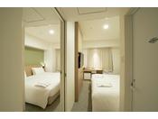 コネクティング(31.4平米)・サータ社製ベッド4台(100cm)・隣接する2部屋の間に室内ドアがあり、相互に行き来ができます・バスルーム・トイレ2部屋あり・加湿空気清浄機・wifi完備