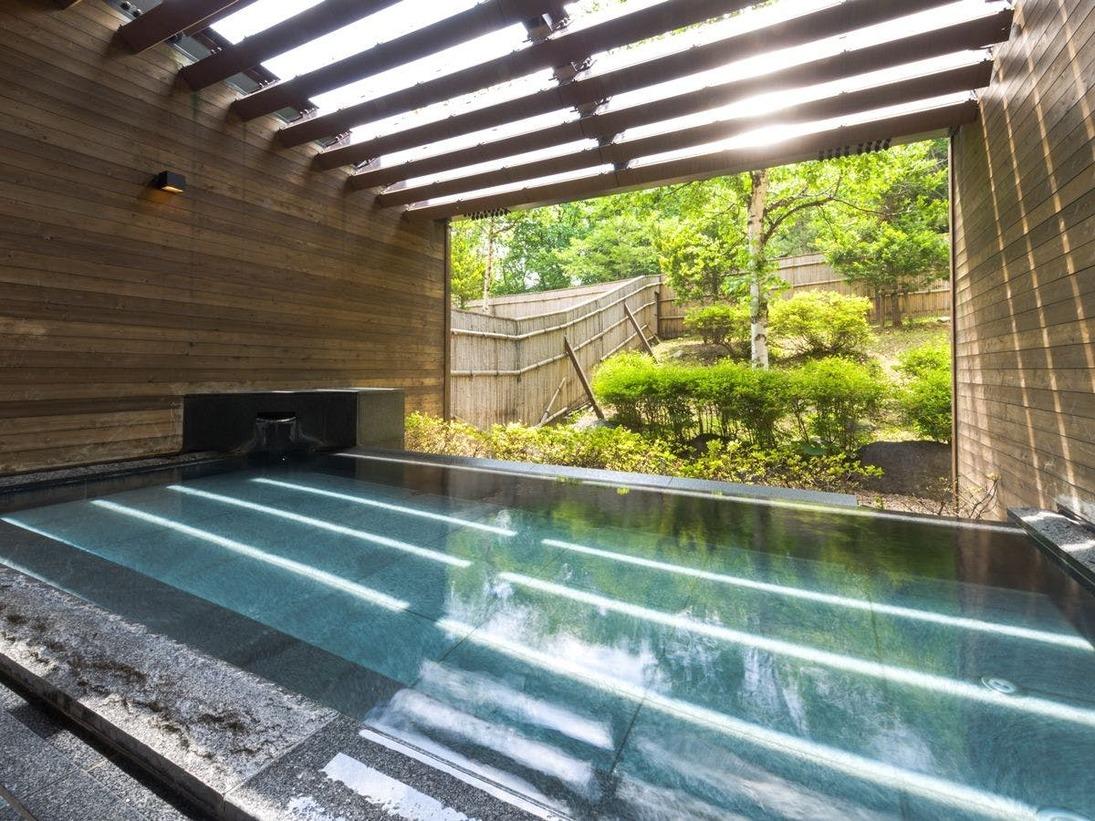大浴場に併設の露天風呂・・・グリーンシーズンは美しい緑をご覧になれます