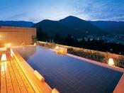 温泉街の夜景を望む絶景露天風呂 深夜も早朝もご利用OK!ツルツル美人の湯下呂温泉をお楽しみ下さい。