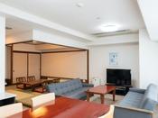 【和洋室ダブル(一例)】ダブルベッド付のお部屋。リビング&和室のお部屋も付いております☆