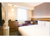 プレミアムダブルルームにはシモンズ社製クイーンサイズベッドと、iPADを設置しております。2名様でも広々としたベッドでお休みいただけます。