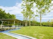 【森のガーデン】爽やかな風と、緑の木々、四季の花々に囲まれて過ごすことができる都会のリゾート。