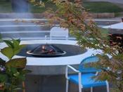 【森の焚き火リビング】ゆらめく炎をただ眺める…自然の中のリビングルームのようにお寛ぎください。