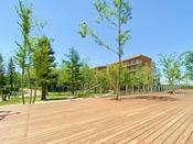 爽やかな風と、緑の木々、四季の花々に囲まれて過ごすことができる都会のリゾート。