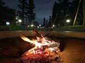【焚き火リビング】毎晩開催。揺らめく炎を眺めながら、穏やかなひと時を。