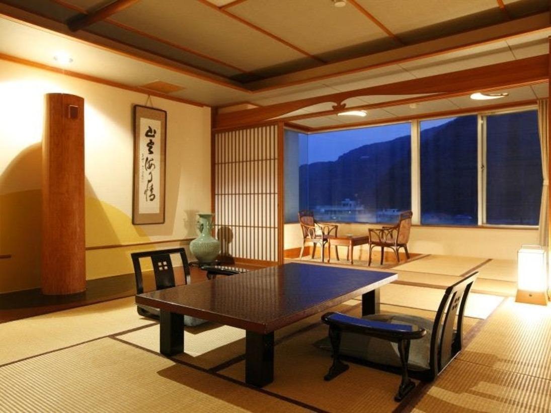 純和風客室で落ち着く雰囲気に仕上がっております。