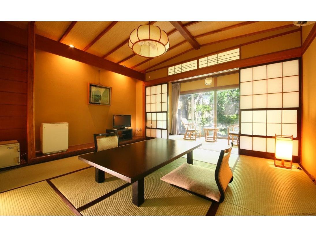 【和室8畳+広縁】温泉内風呂付  当館で2室限定の和室です。縁側からは庭園を独占。緑を眺めながらゆっくりとお寛ぎいただけます。