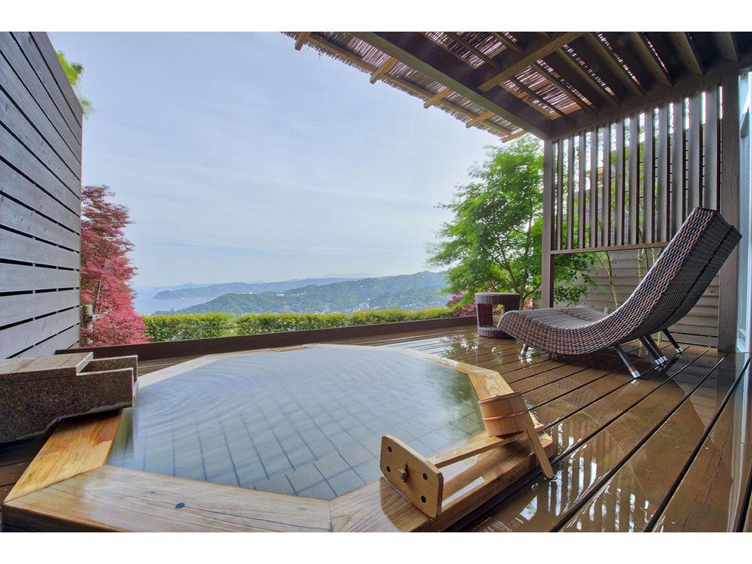 【露天風呂付き客室】プライベートな露天風呂で時の流れを忘れるお部屋。移ろう四季の中で木々を眺め、温泉掛け流しに浸る至福のひととき。豊かな自然に囲まれ、洗練された空間でのご滞在をおたのしみください。