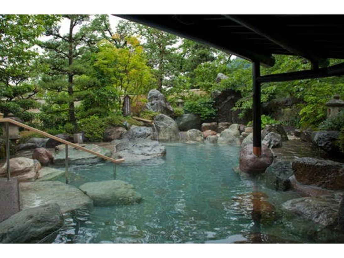 ゆめの湯 岩露天風呂夜には庭園がライトアップされ、幻想的な雰囲気に変貌