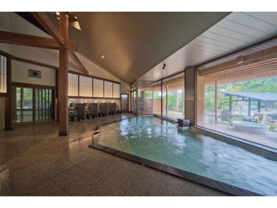 ゆめの湯 内風呂木調の格子が印象的な和風モダンな空間。粋な風情の中、湯に包まれてのんびり寛げる