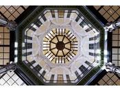 コンコースから見上げるドーム天井