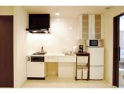 フルキッチンコンロ・調理台・キッチン用品、電子オーブンレンジが付いたフルキッチンで楽しくお料理いただけます。
