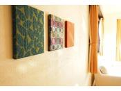 ホタテ漆喰壁客室の壁には湿度調整や脱臭性など室内を快適に保つ効果に優れたホタテ漆喰を用いております