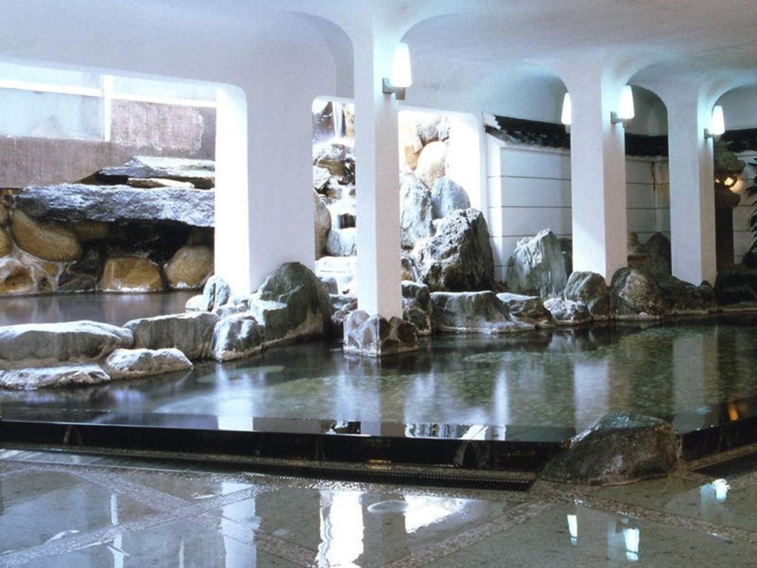 大浴場「瑠璃」:セブンストーン(7つの大岩)の大浴場は、ゆったりとした時間が過ごせます