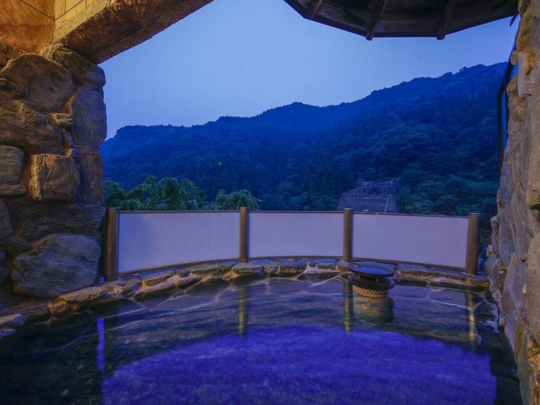 【露天風呂】開放的な空間とともに心地良い湯の贅を。