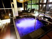 【男性限定】ジャグジーバス!夜には水中照明によるライトアップをお楽しみください。