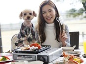 レストラン横のテラスでワンちゃんとBBQ!ここなら朝食も愛犬と一緒♪愛犬用ご飯も承ります。