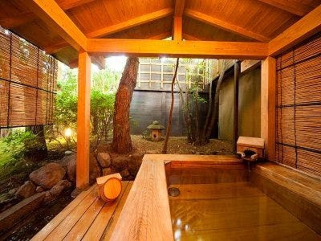純和風の落ち着きのある造りとなっております。全室すべての部屋に温泉がひかれており、そのうち5部屋には専用の露天風呂がございます。1階のお部屋は、それぞれ専用の庭を望むことができる広縁付。四季折々に美しさをみせる草木を眺めながら、ゆったりとお過ごし下さい