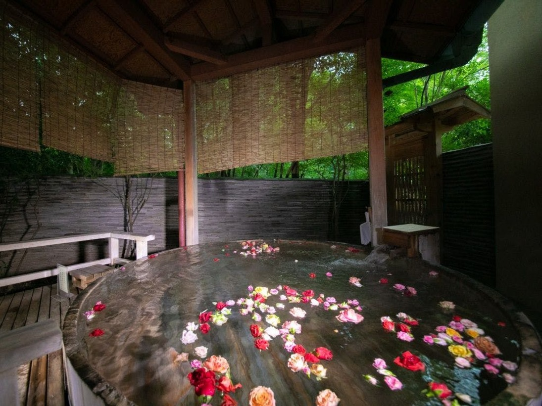 木々の風わたる女性専用露天風呂では午後からは薔薇を浮かべながら至福のひとときをお楽しみくださいませ。