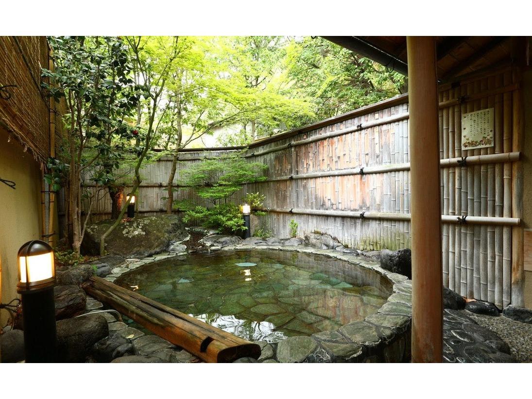 緑豊かな庭園に囲まれて、貸切風呂でゆっくりしてください。