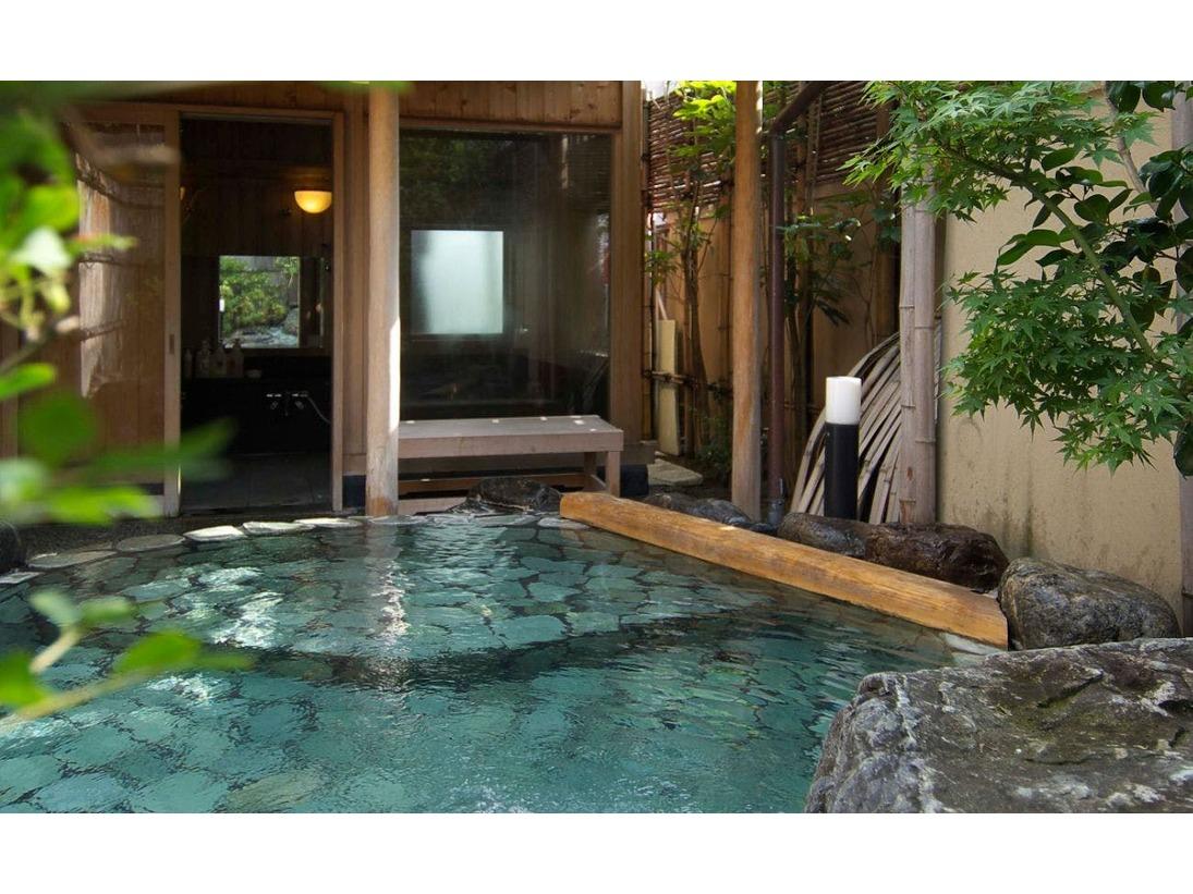 貸切露天風呂「山の辺の湯」青石の露天風呂です