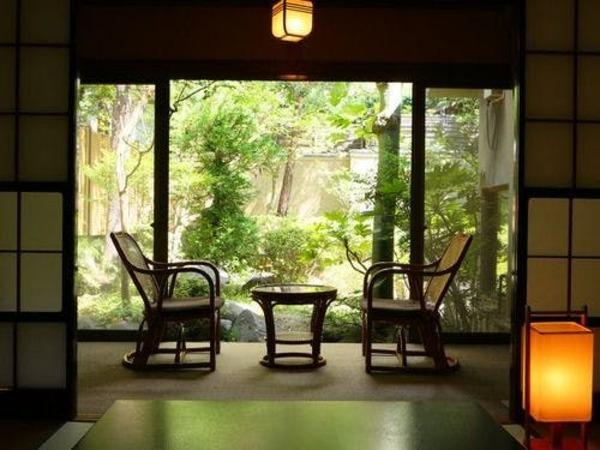 窓の外には緑豊かな庭園が。