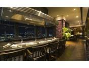 29階鉄板焼「銀杏」 カウンター席から望む景色と一緒に味わう食事のひとときをお楽しみいただけます。