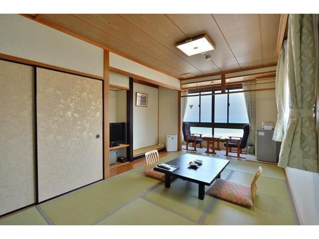 日本海に面した和室7.5畳ユニットバス付のお部屋です。春から秋にかけての晴れた日は、海に沈む夕陽が眺望いただけます。また夜は、時期によりイカ釣り船などの漁火がご覧いただけます。