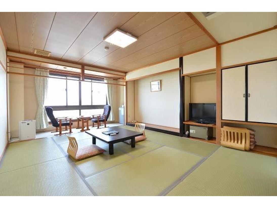 日本海に面した10畳の和室です。春から秋にかけての晴れた日は、海に沈む夕陽が眺望いただけます。また夜は、時期によりイカ釣り船などの漁火がご覧いただけます。