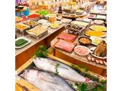 ご夕食のバイキング、和・洋・中と約40種類の品数、大迫力!!まぐろの解体ショーもございます。