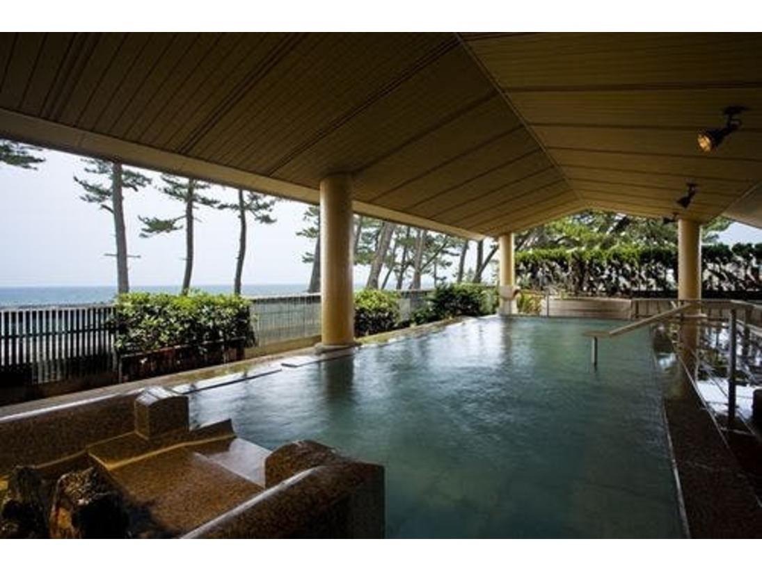 湯賓館2F 女性用露天風呂「トルマリン風呂」あふれるお湯と雄大な風景、ここちよい風が、心のゆとりを思い出させてくれます。