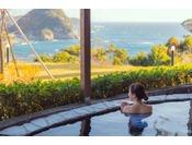 こじんまりとした海と朝日を望む温泉露天風呂。14:00-25:00 / 5:00-11:00
