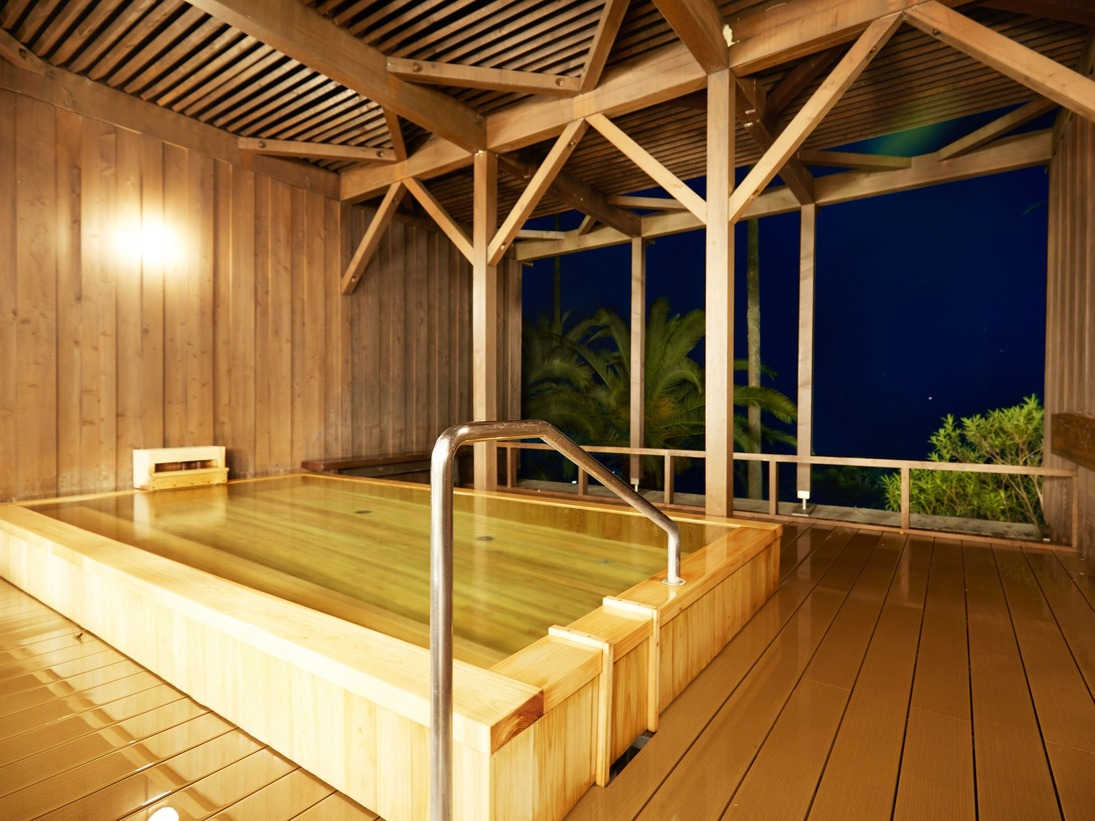 男性温泉浴室 露天風呂眼下に入江の海を望む、こじんまりとした檜の露天風呂。男性浴室には、サウナを併設してございます。