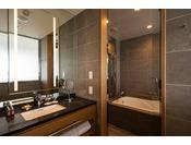 27階「ニッコーフロア(Nikko Floor)」デラックスハリウッドツイン/バスルーム(一例)。バス・トイレ別のお部屋タイプです。バスアメニティは「L'OCCITANE(ロクシタン)」を採用。素敵な香りに包まれながら癒しのバスタイムをどうぞ・・・。