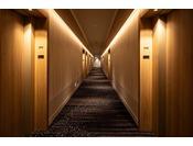 27階「ニッコーフロア(Nikko Floor)]廊下。「大切な時を過ごす舞台」をコンセプトにした27階の高層フロア。金沢の伝統を感じるひと時をお過ごしいただけます。