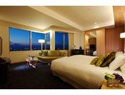 リュクスデラックスキング・44平米。26階、28階に位置する広々としたお部屋です。幅200cm、長さ200cmのキングサイズのベッドでごゆっくりとお寛ぎくださいませ。