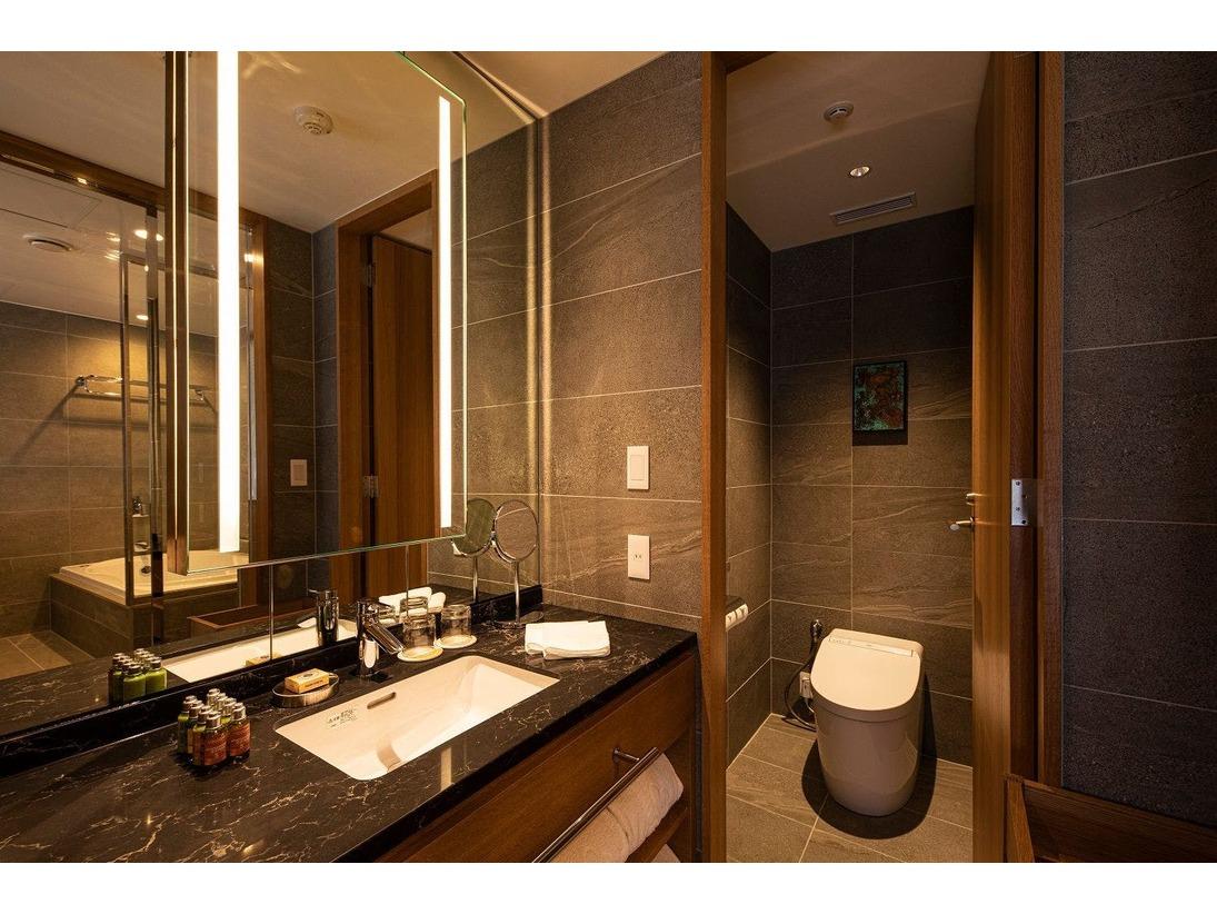 27階「ニッコーフロア(Nikko Floor)」デラックスハリウッドツイン(一例)。バス・トイレ別の設えとなっておりますので、バスタイムもごゆっくりとお寛ぎいただけます。