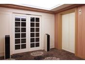 26階・28階のリュクスフロアのエレベーターホールには、宿泊者専用扉を設置しております。